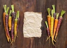 Свежие органические моркови и бумага радуги Стоковые Изображения