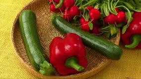 Свежие органические овощи в корзине сток-видео