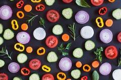 Свежие органические овощи на темной предпосылке Взгляд сверху Стоковое Изображение