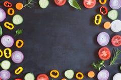Свежие органические овощи на темной предпосылке Взгляд сверху Стоковое Изображение RF