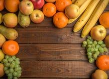Свежие органические плодоовощи на деревенской деревянной предпосылке Стоковая Фотография