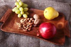 Свежие органические плодоовощи на деревянном подносе сервировки Сортированное яблоко, груша, виноградины, высушило плодоовощи и г Стоковое Изображение
