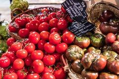 Свежие органические томаты на дисплее в французском супермаркете paris Стоковая Фотография RF