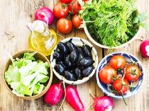 Свежие органические томаты оливок, зеленых цветов, редиски и вишни в шаре Стоковое Изображение RF