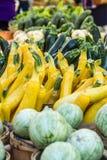 Свежие органические фрукты и овощи на рынке фермеров Стоковая Фотография