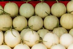 Свежие органические дыни канталупы штабелированные на таблице для продажи на положении Стоковые Изображения