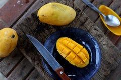 Свежие отрезанные манго стоковые изображения rf
