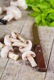 Свежие отрезанные champignons с петрушкой и старым ножом Стоковые Фото