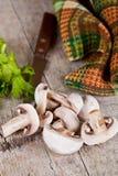 Свежие отрезанные champignons с петрушкой Стоковое Изображение RF