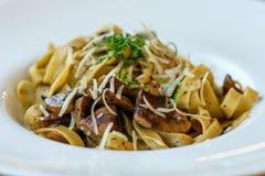 Свежие очень вкусные макаронные изделия гриба в белой плите Стоковое фото RF