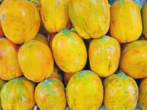 Свежие папапайи для продажи в Индии стоковое изображение