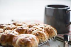 Свежие перекрестные плюшки для завтрака Стоковые Фотографии RF