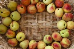 Свежие персики в плетеной корзине Стоковое фото RF