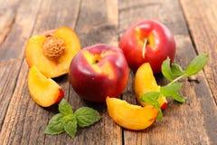 Свежие персики и лист Стоковое Изображение RF