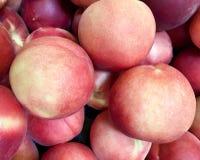 Свежие персики на дисплее стоковая фотография rf