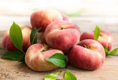 Свежие персики на деревянном столе Стоковая Фотография
