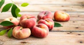 Свежие персики на деревянном столе Стоковые Фотографии RF