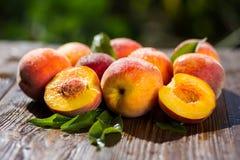 Свежие персики, предпосылка плодоовощ персика близкая поднимающая вверх, персик на деревянном ба Стоковые Фото