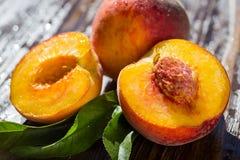 Свежие персики, предпосылка плодоовощ персика близкая поднимающая вверх, персик на деревянном ба Стоковые Изображения RF