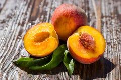 Свежие персики, предпосылка плодоовощ персика близкая поднимающая вверх, персик на деревянном ба Стоковая Фотография