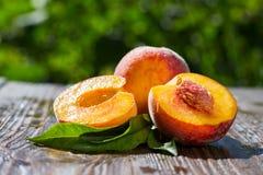 Свежие персики, предпосылка плодоовощ персика близкая поднимающая вверх, персик на деревянном ба Стоковое Фото