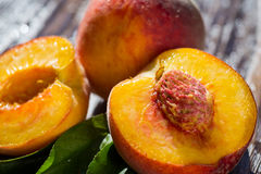 Свежие персики, предпосылка плодоовощ персика близкая поднимающая вверх, персик на деревянном ба Стоковая Фотография RF