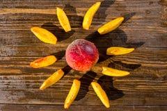 Свежие персики, предпосылка плодоовощ персика близкая поднимающая вверх, персик на деревянном ба Стоковое Изображение RF