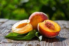 Свежие персики, предпосылка плодоовощ персика близкая поднимающая вверх, персик на деревянном ба Стоковое фото RF