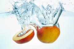 свежие персики стоковая фотография