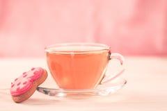 Свежие печенья в форме сердца на белой плите на деревянной предпосылке чай чашки зеленый Завтрак Стоковые Фотографии RF