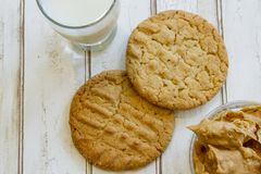 Свежие печенья и молоко арахисового масла с арахисовым маслом Стоковые Изображения RF