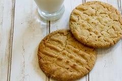Свежие печенья и молоко арахисового масла Стоковое Фото