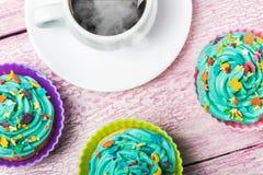 Свежие пирожные и горячий кофе Стоковые Изображения