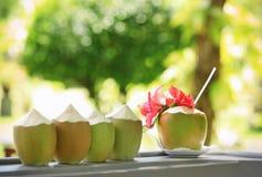 Свежие пить воды кокоса на таблице Стоковая Фотография RF