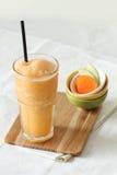 Свежие пить smoothies яблока и моркови Стоковое фото RF