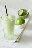 Свежие пить smoothies яблока на белой предпосылке Стоковые Изображения RF
