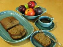 Свежие плодоовощ падения, торт хлебца и кофе в винтажном фарфоре Стоковое Фото