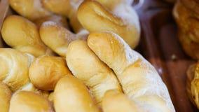 Свежие плюшки от печи Транспортер с хлебом Печь хлеб Белый хлеб в печи Горячие плюшки Кондитерская стоковое фото