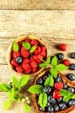 Свежие поленики и голубики на старом деревянном столе Рудоразборка плодоовощ плодоовощ здоровый Продажи голубик и поленик Стоковое фото RF