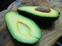 Свежие половины авокадоа Стоковые Изображения