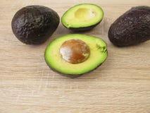 Свежие половины авокадоа hass Стоковое Фото
