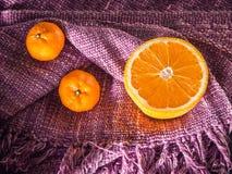 Свежие половины и все апельсины с космосом экземпляра на хлопке c цвета Стоковые Изображения RF