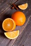 Свежие половины апельсина на деревенском деревянном кухонном столе Стоковые Фотографии RF
