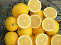 Свежие половины лимона отрезка на всех лимонах в корзине Стоковые Фото