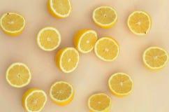 Свежие половины лимона отрезка осмотренные от накладных расходов Стоковая Фотография RF