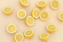 Свежие половины лимона отрезка осмотренные от накладных расходов Стоковое фото RF