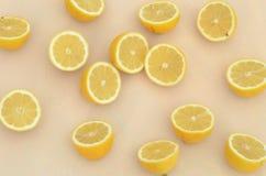 Свежие половины лимона отрезка осмотренные сверху закрывают вверх Стоковое Фото