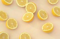 Свежие половины лимона отрезка осмотренные сверху закрывают вверх Стоковые Изображения RF