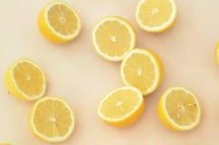 Свежие половины лимона отрезка осмотренные сверху закрывают вверх Стоковая Фотография