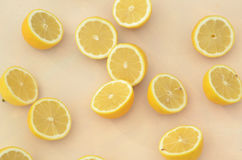 Свежие половины лимона отрезка осмотренные сверху Стоковое Изображение